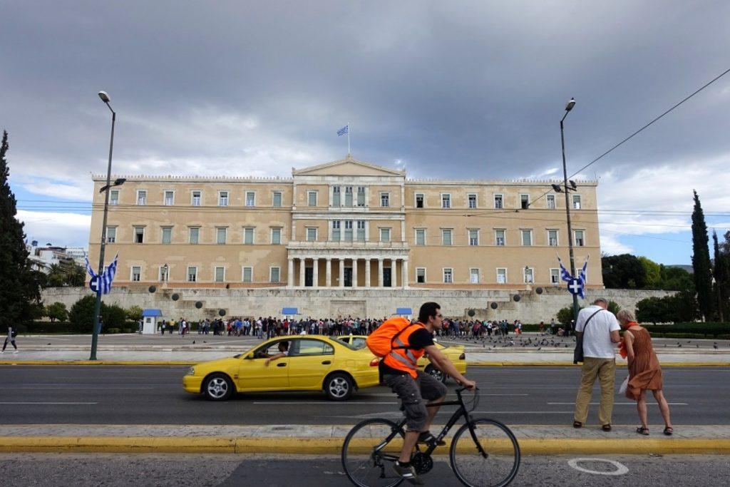 國會大廈,前身為國王的皇宮 (前面那麼多人,就是為了看衛兵交接)