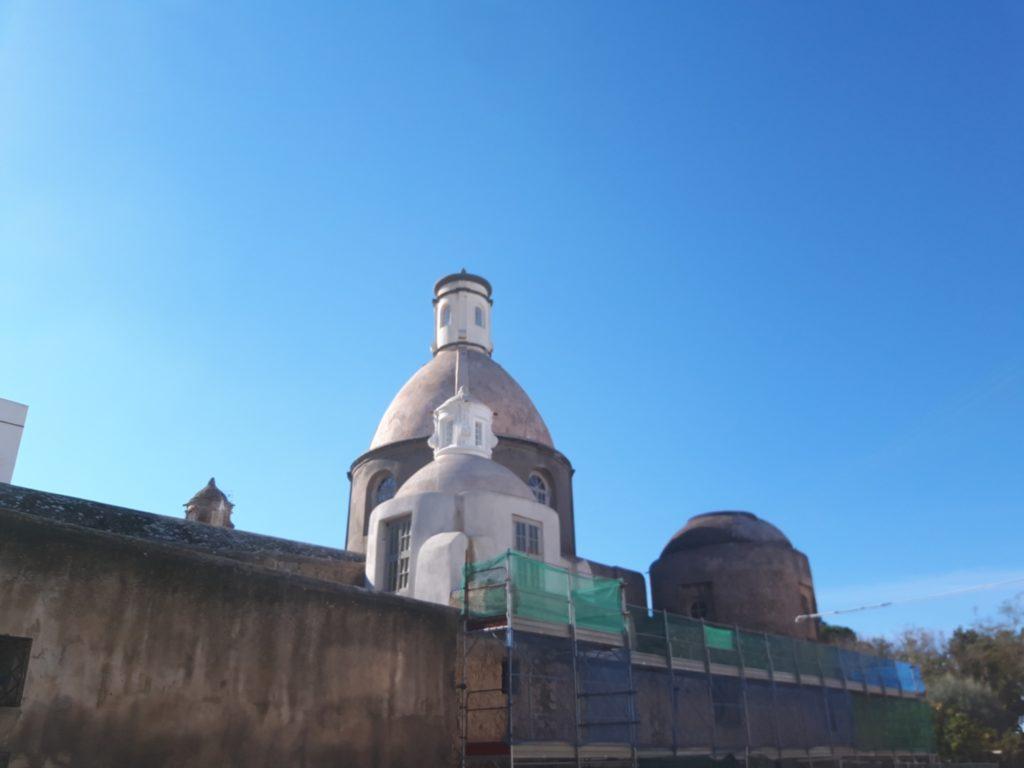 所以後面的鐘塔和圓頂與保養完善的純白立面, 有著截然不同的風貌。